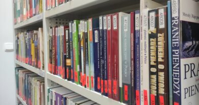Wolny dostęp do półek oferuje czytelnia Mazowieckiej Uczelni Publicznej w Płocku